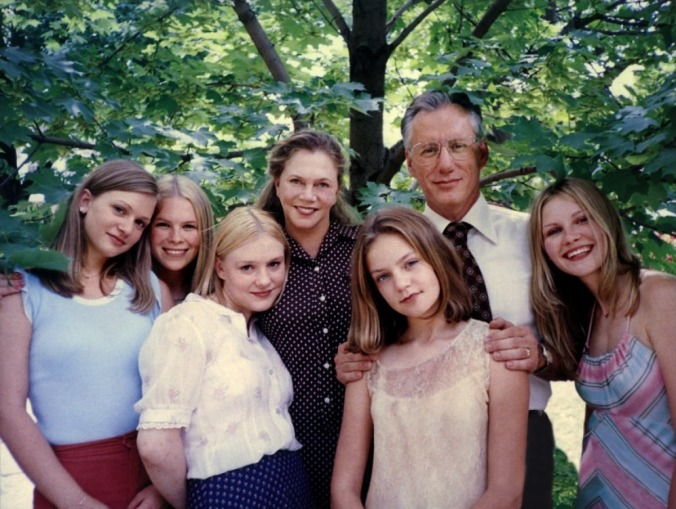 Kathleen Turner, James Woods, Kirsten Dunst and the cast of Sofia Coppola's The Virgin Suicides (1999)
